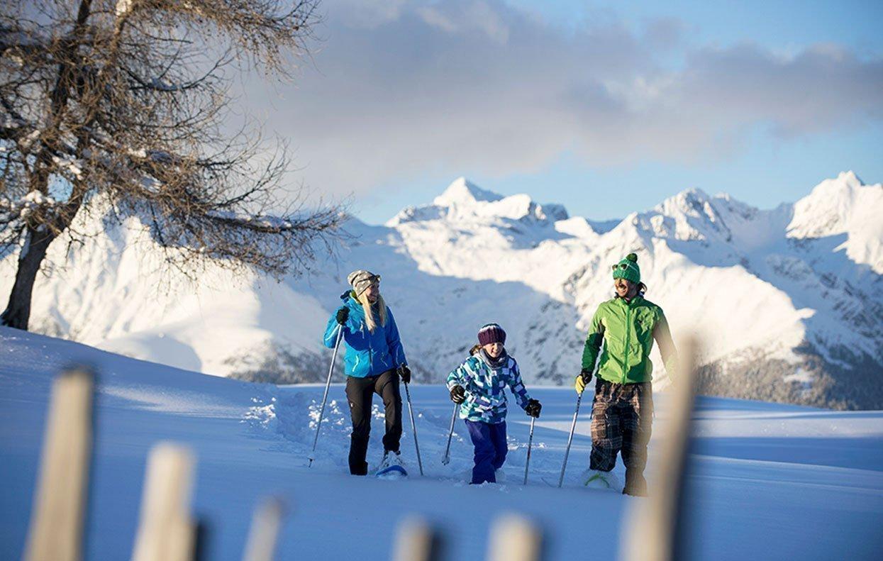 Un'escursione con le ciaspole è un must in una vacanza invernale